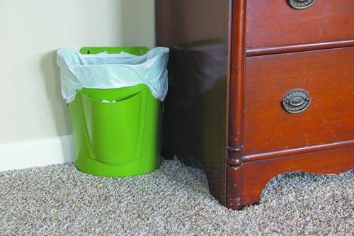 Bên trái bàn làm việc để thùng rác